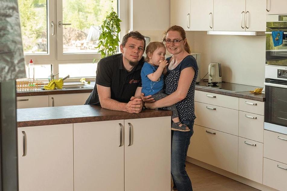 Sie wohnen Tür an Tür mit den Häftlingen: Franz Steinert (34) mit Ehefrau Stefanie (33) und der einjährigen Tochter.