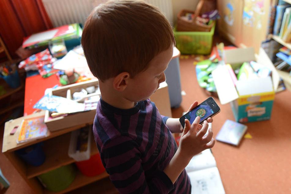 Kleine Kinder sollten besser nicht zu oft mit Smartphone und Co. spielen. Sie könnten sonst Verhaltensauffälligkeiten entwickeln.