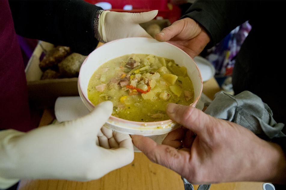 Traurige Realität: Auch viele alte Menschen sind auf die Suppenküchen angewiesen, weil sie nicht genug Geld für Lebensmittel haben.