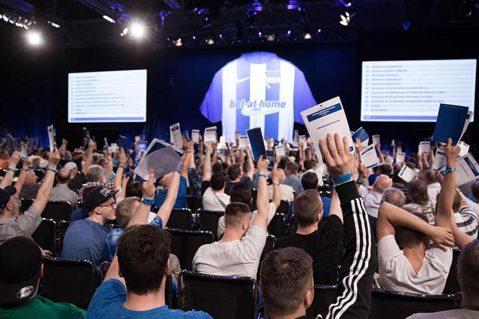 Hertha wählt! Bis zum 20. Juni kann jeder Fan seine Stimme geltend machen, wie hier auf der Mitgliederversammlung des Haupstadtklubs vor ein paar Tagen.