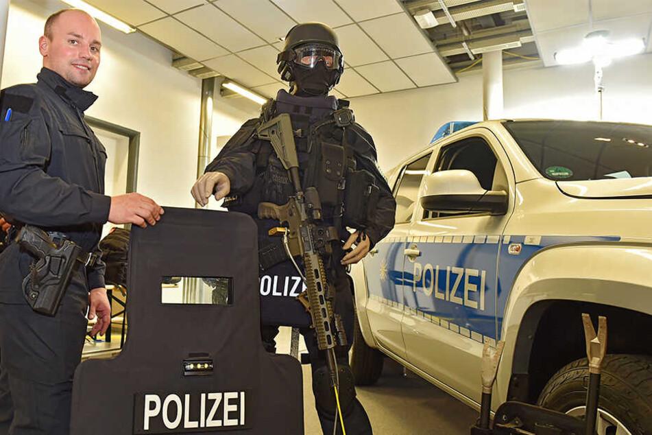 Polizeiobermeister Dan Vogel (32) zeigt die Ausrüstung der Dresdner Polizei-Spezialkräfte, die so auch am Mittwoch zum Schutz der Synagoge im Einsatz waren.