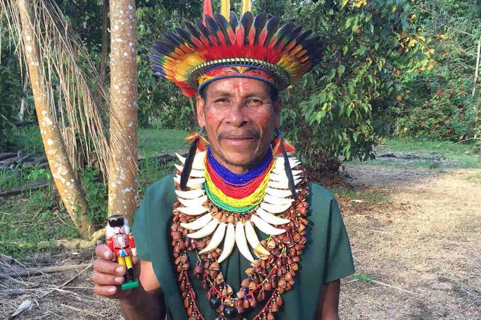 Treffen sich zwei Exoten im Dschungel... Dieser seriöse Herr vom Amazonas  erfährt gerade, dass es im fernen Erzgebirge einen etwas seltsamen Stamm von  Eingeborenen gibt, der bunte Holzfiguren mit grimmigen Gesichtern bastelt.