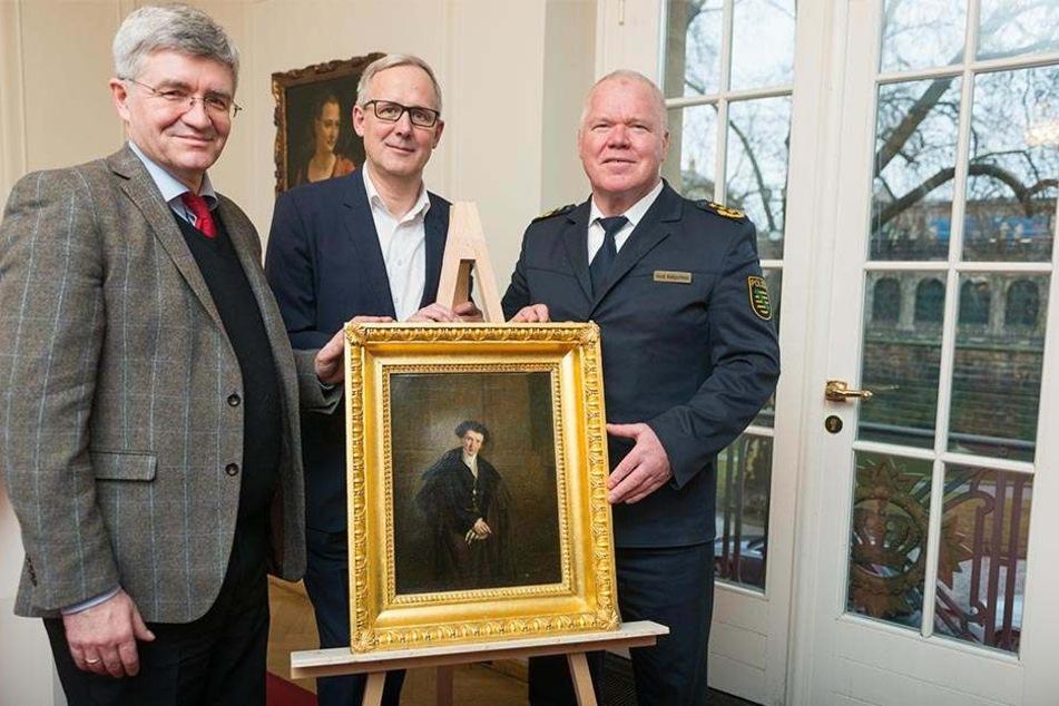 Oberstaatsanwalt Christian Avenarius (58, v.l.), Intendant Joachim Klement (55) und Polizeipräsident Horst Kretzschmar (58) bei der Übergabe des Gemäldes im Schauspielhaus.