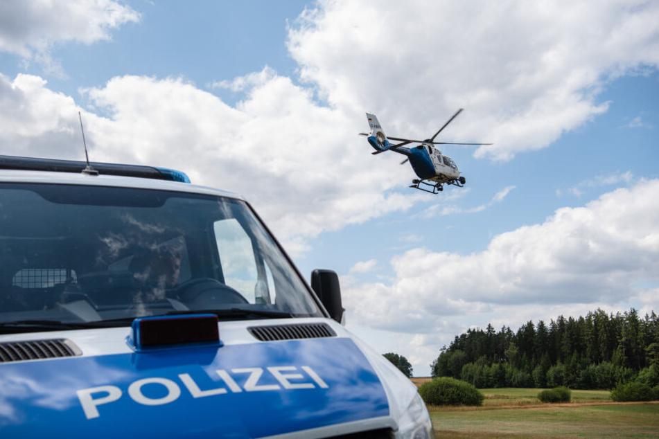 Auch ein Hubschrauber der Polizei war im Einsatz (Symbolbild).