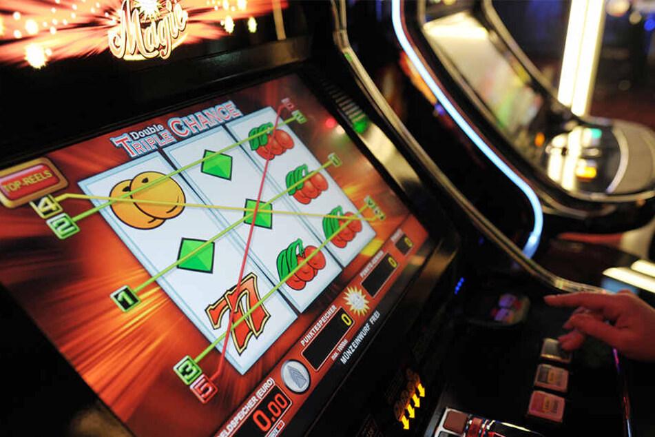 Der Einbrecher knackte sechs Spielautomaten sowie einen Zigarettenautomaten und nahm die Geldkassetten an sich (Symbolbild).