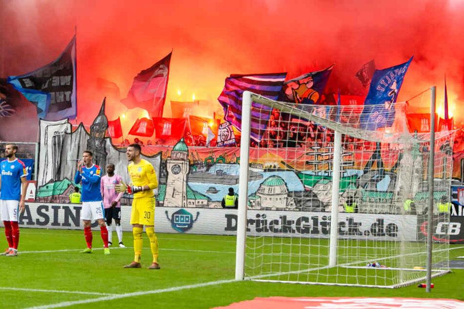 Die Fans vom Hamburger SV zündeten zu Spielbeginn Pyrotechnik.