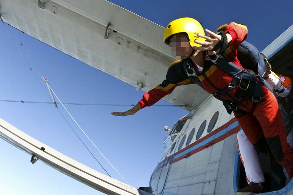 Der 50-jährige Fallschirmspringer wurde aus ungeklärten Gründen rausgerissen. (Symbolbild)