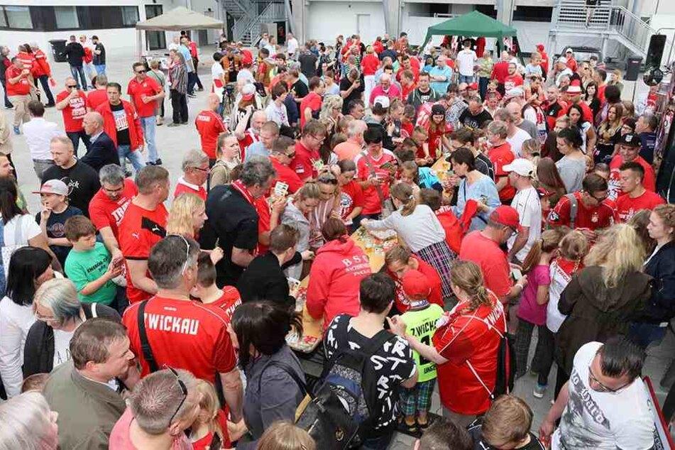 Dicht an dicht standen die Menschen beim FSV-Fanfest und ließen sich Autogramme der Spielern geben.