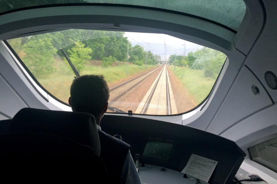 Ein Lokführer steuert einen ICE der Bahn.