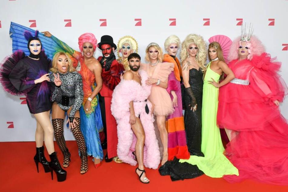 Conchita Wurst (M) und die teilnehmenden Dragqueens stehen bei der Premiere der neuen Show auf dem roten Teppich.
