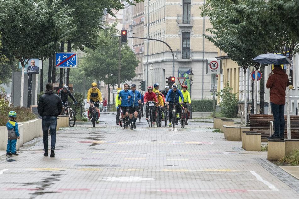 Ziel-Einlauf und -Fahrt: Nach knackigen 1367 Kilometern nach Düsseldorf und zurück erreichen die zwölf Duathleten das Ziel auf dem Brühl.