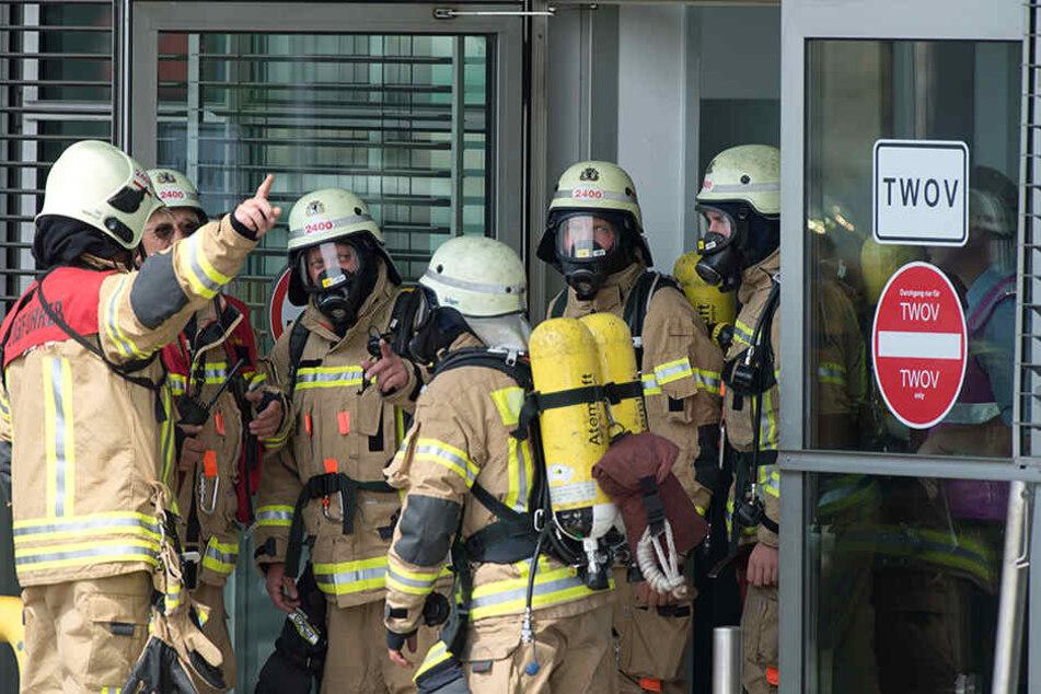 Feuerwehrmänner beraten auf dem Flughafen Tegel in Berlin während einer Notfallübung von Feuerwehr, Rettungskräften und Polizei. Regelmäßig wird der Ernstfall geübt. (Symbolbild)