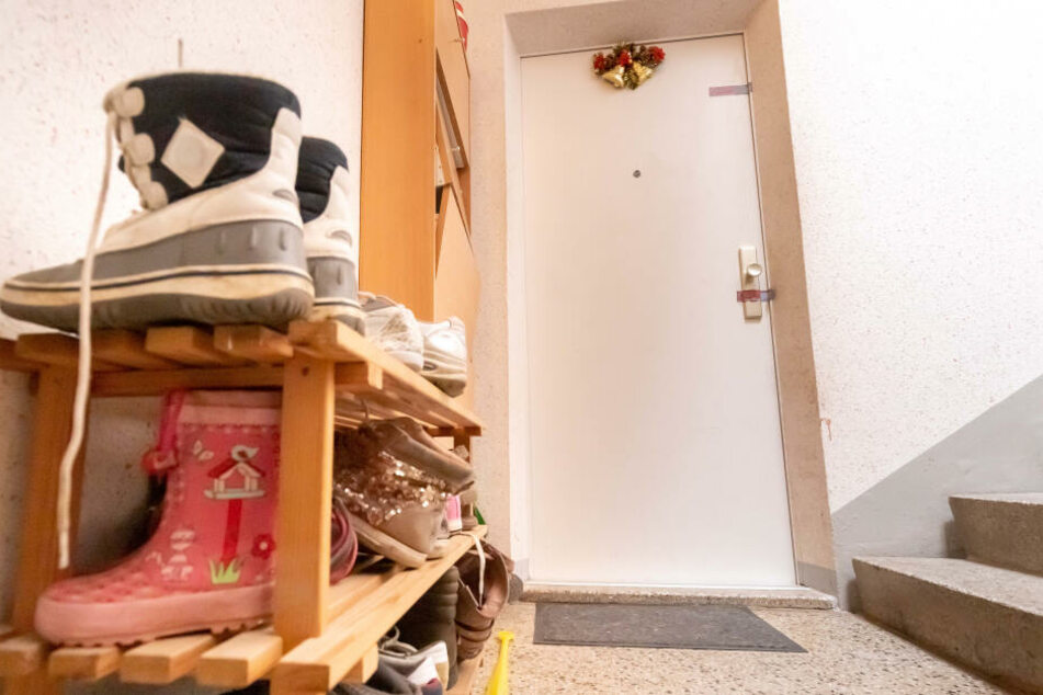 Hinter dieser Tür spielte sich am Dienstag ein Drama ab. Die Polizei fand einen toten Säugling.