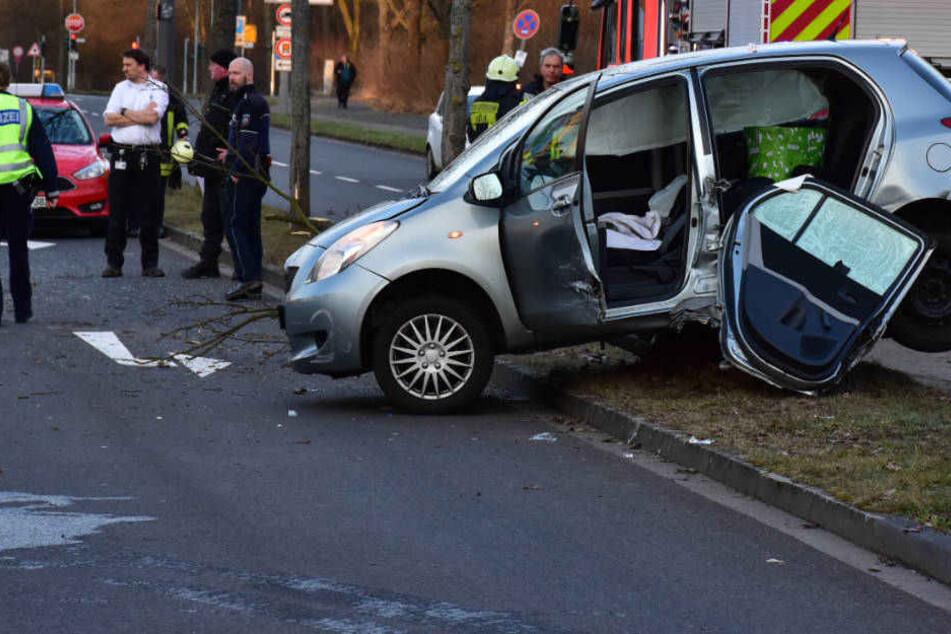 Das Auto der 35-Jährigen wurde gegen einen Baumstamm geschleudert.