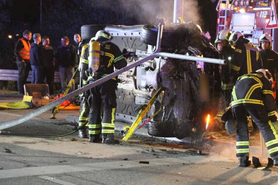 Die Einsatzkräfte sicherten das Fahrzeug.