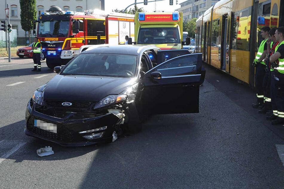 Ford übersieht Straßenbahn in Friedrichstadt: Fahrerin in Klinik eingeliefert