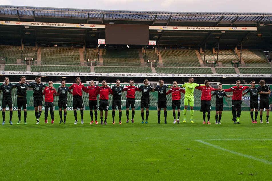 Der FSV Zwickau feiert seinen Auswärtssieg in Bremen und bedankt sich bei seinen Fans.