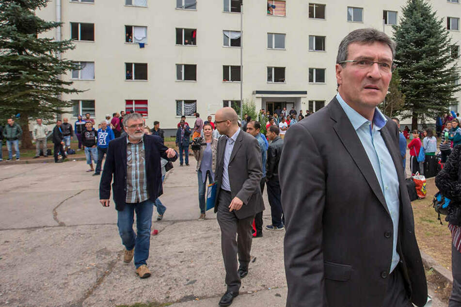 Migrationsminister Dieter Lauinger (Grüne) an der Flüchtlingsunterkunft in Suhl. (Archivbild)
