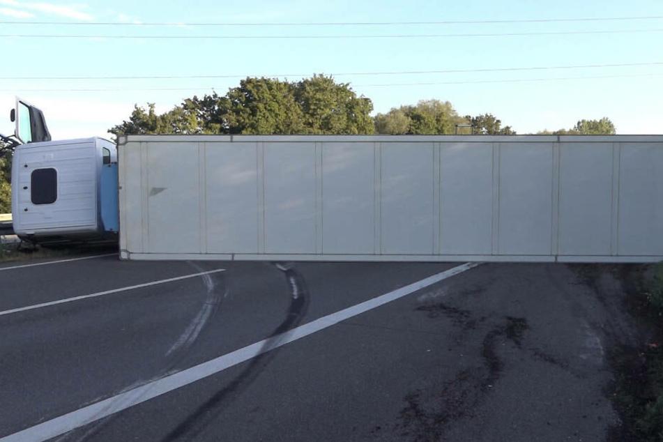 Der Laster blockierte beide Fahrstreifen und musste mit einem Krsn von der Straße gehoben werden.