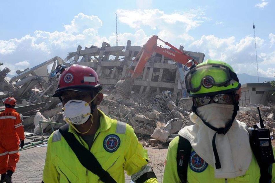 Die Suche nach Überlebenden der Tsunami-Katastrophe wird unterdessen immer verzweifelter.