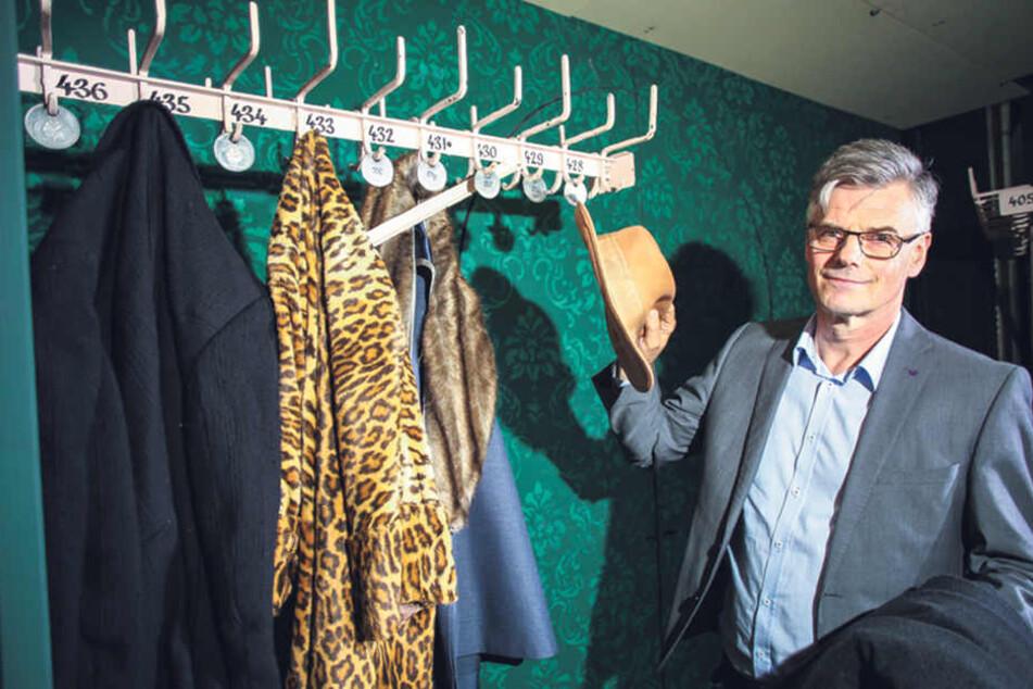In der Kulisse: Technik-Chef Mario Radicke (58) hängt Hut und Mantel an den über 100 Jahre alten Garderobenarm.