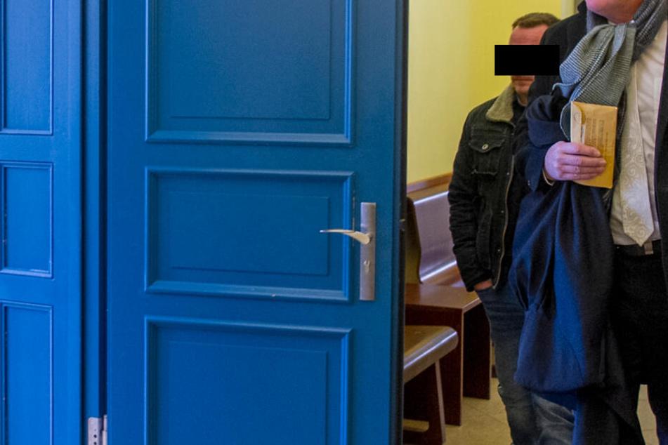 Busfahrer Jürgen L. (37, l.) soll eine Frau mit Down-Syndrom missbraucht haben.
