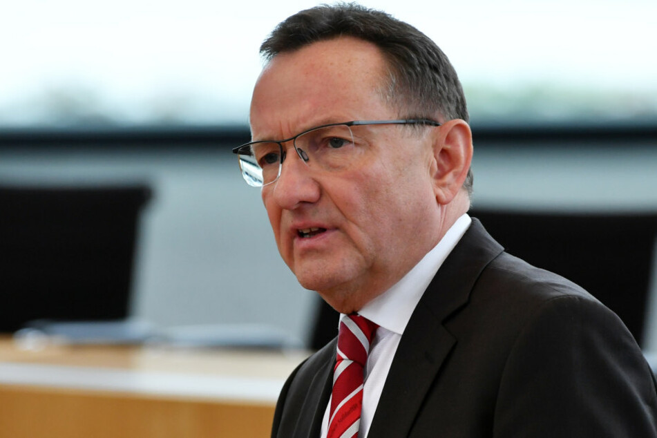 Innenminister Holger Poppenhäger (SPD) stellt die neue Kriminalitätsstatistik vor.