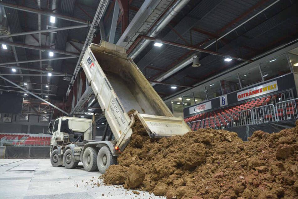 3500 Tonnen Erde werden in die Messehalle 1 gebracht. Das entspricht 150 Lkw-Ladungen.