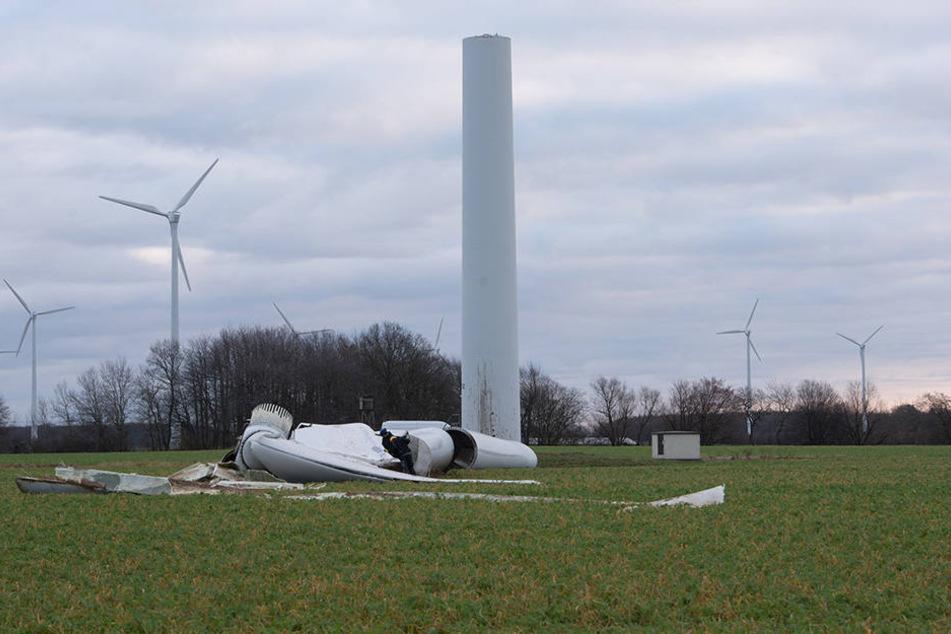 In Mecklenburg-Vorpommern ist ein Windrad durchgebrochen und auf ein Feld gestürzt.