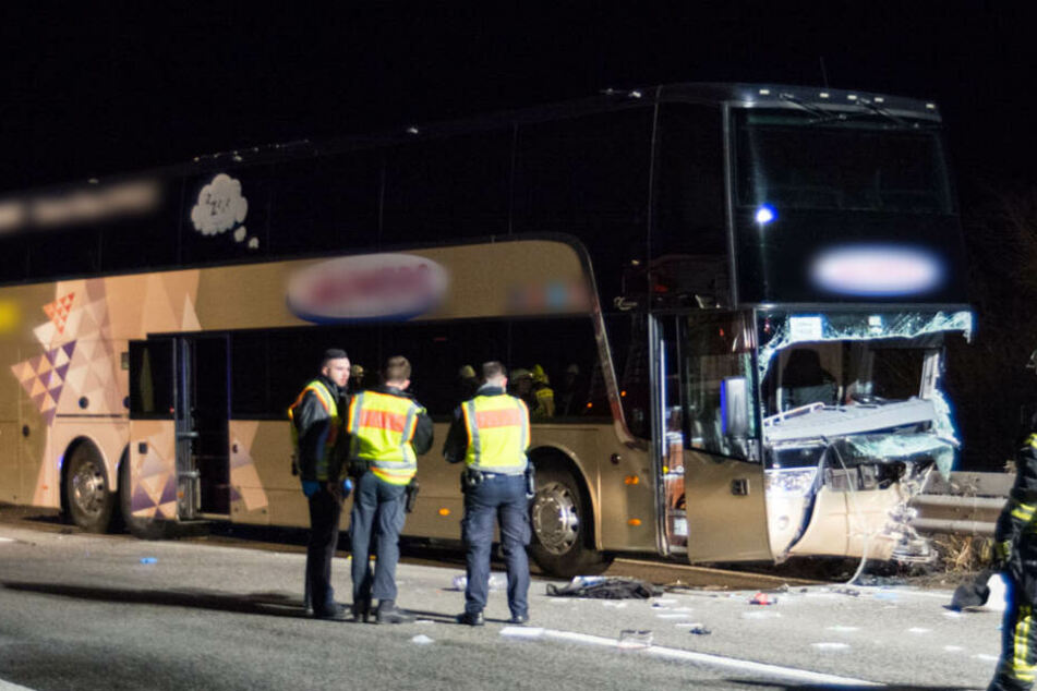 Geisterfahrer rast in Reisebus: Ein Toter und Verletzte bei Autobahn-Unfall