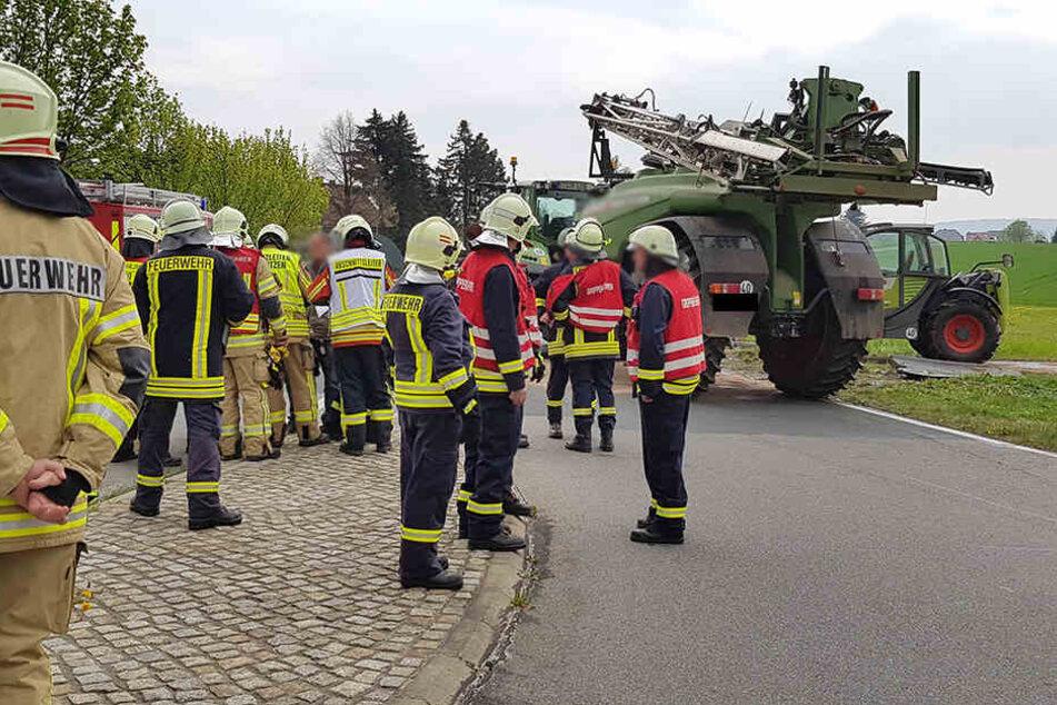 Anhänger mit Pflanzenschutz-Mittel kippt um: Feuerwehr und ABC-Zug im Großeinsatz