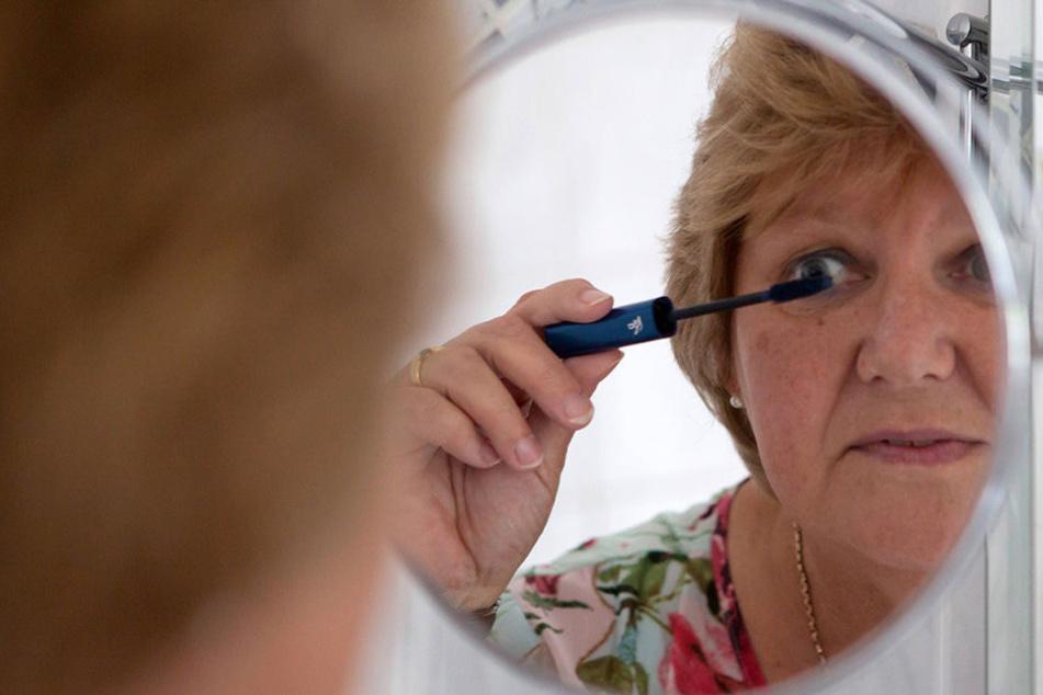 Mutter benutzt 20 Jahre altes Make-up und bereut es kurz darauf