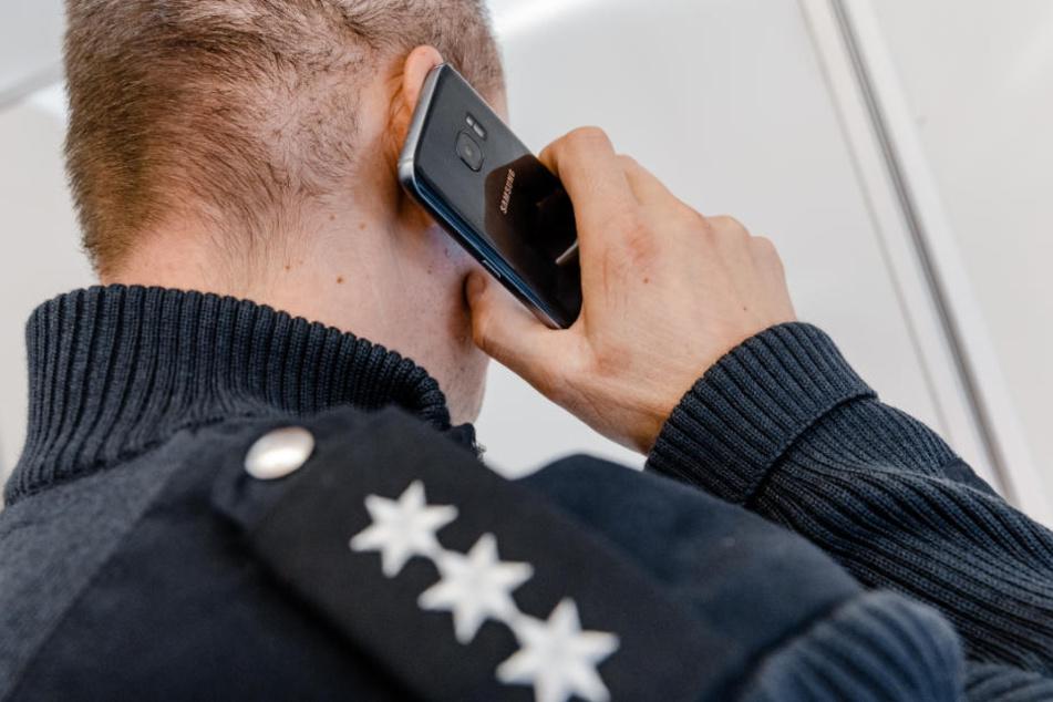 Mit den Smartphones sollen Fahnungsbilder und Ermittlungshinweise übermittelt werden. (Symbolfoto)