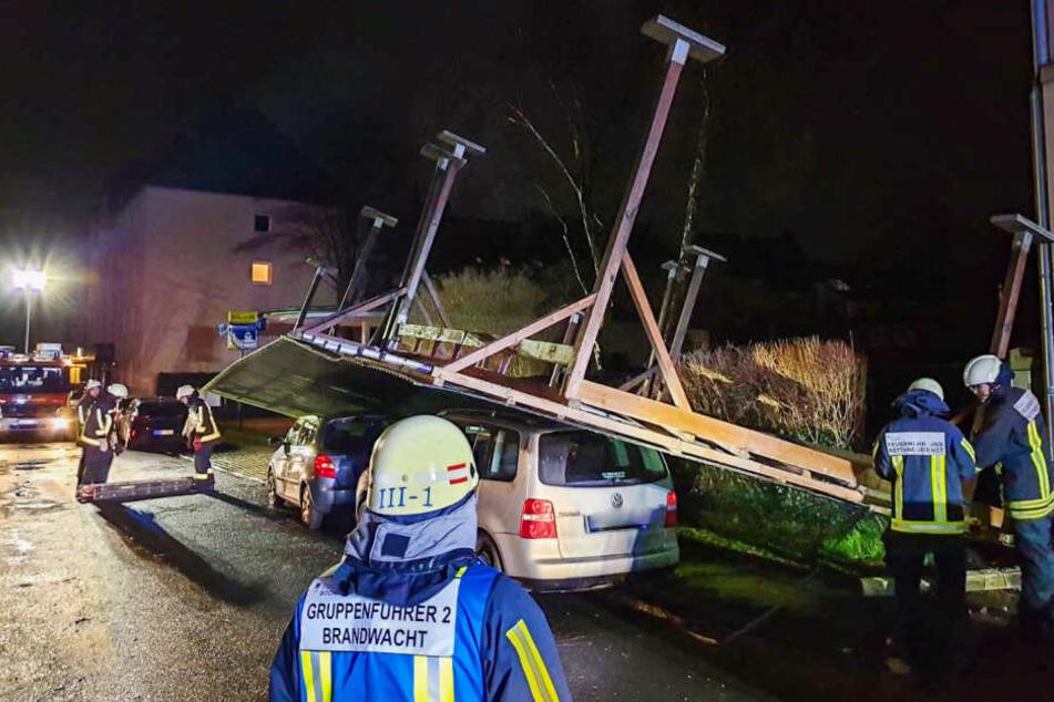 Dieses von der Feuerwehr Bochum zur Verfügung gestellte Foto zeigt ein umgestürztes Carport.