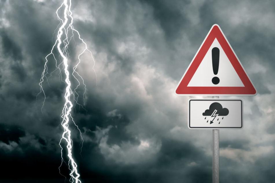 Bei Gewitter sollten auch Autofahrer entsprechende Vorsichtsmaßnahmen treffen. (Symbolbild)