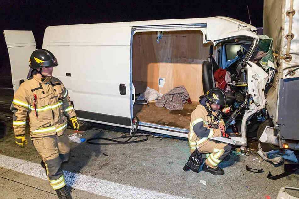 Der Transporter hat sich bei dem Unfall unter den LKW geschoben.