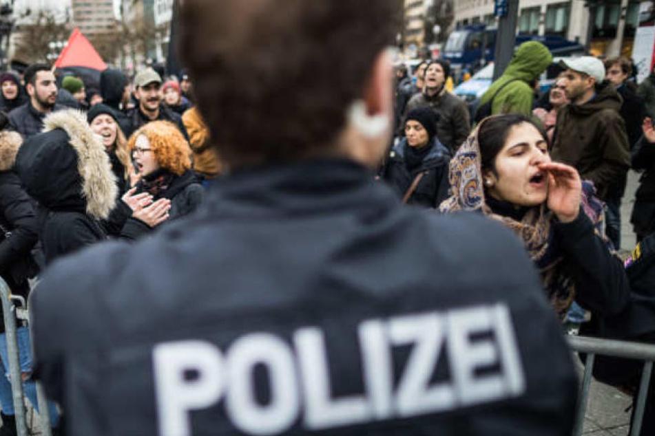 Die Kriegs-Gegner marschierten friedlich vom Frankfurter Hauptbahnhof in Richtung Paulskirche (Symbolbild).