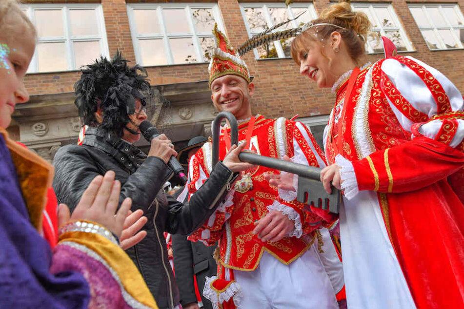 Bürgermeisterin Marietta Tzschoppe (SPD) überreichte den Cottbuser Stadtschlüssel an das Prinzenpaar Diana und Christian.