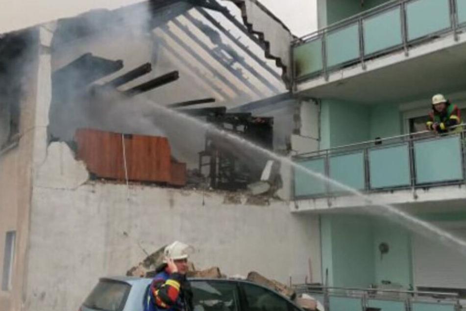 Feuerwehrleute löschen Feuer im Haus.