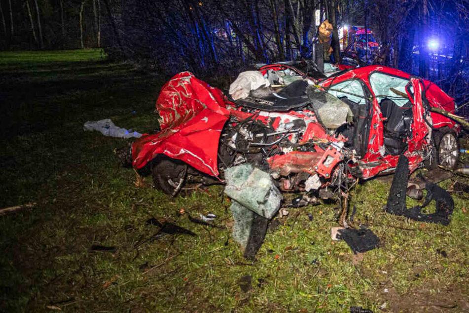 Auto kracht in mehrere Bäume, wird völlig zerfetzt: Fahrer stirbt