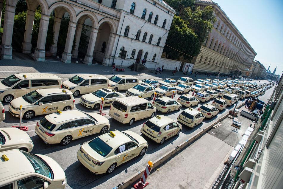 Hunderte Taxen vor dem Münchner Siegestor auf der Ludwigstraße in München. (Archivbild)