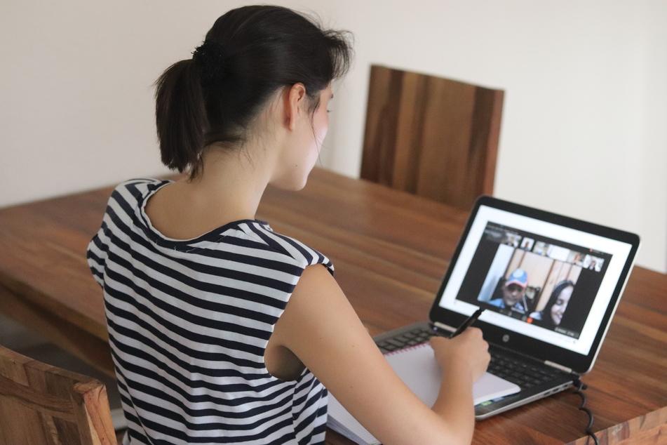 TAG24-Reporterin Isabel Möller (24) verfolgte das emotionale Treffen live von ihrem Schreibtisch aus.