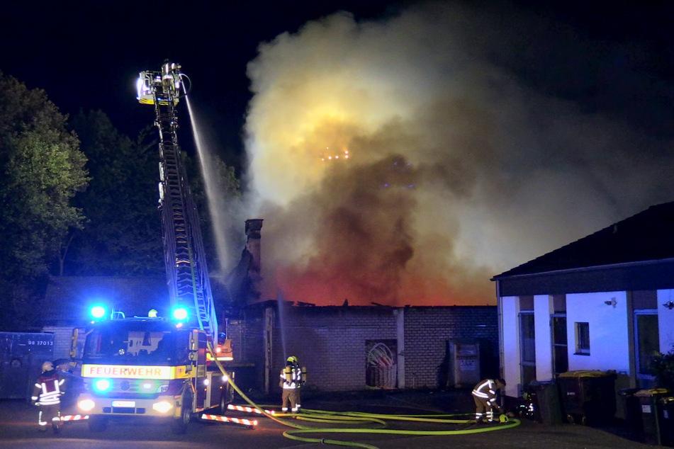 Nach dem Eintreffen an dem brennenden Supermarkt in Ratingen-Homberg erhöhten die Einsatzkräfte die Alarmstufe und machten sich an die Bekämpfung des Brandes.