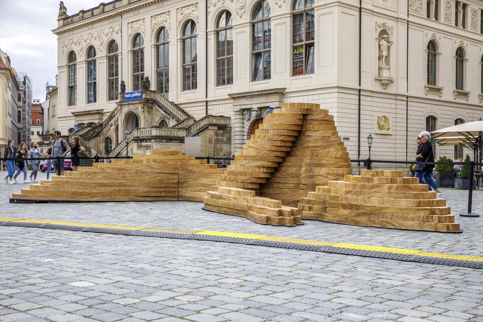 """Auch auf dem Neumarkt zu sehen: die Kunstinstallation """"Die Schlafende"""" - eigentlich ein Bühnenbild des Deutsch-Sorbischen Volkstheaters Bautzen."""