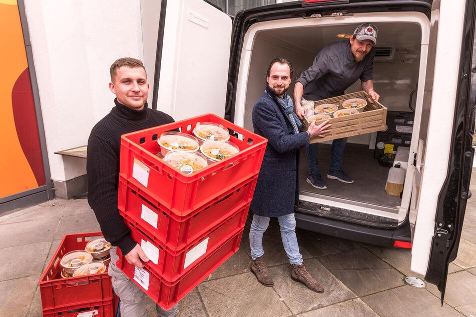 """Die """"Felix""""-Mitarbeiter Florian Richter (24), Lukas Keppler (26) und Peter Matthis (38) laden die Gratis-Verpflegung ein."""