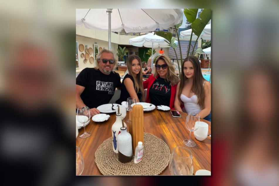 Robert (57), Shania (16), Carmen (56) und Davina (18) sind seit Jahren in der TV-Welt unterwegs und mittlerweile bekannte Gesichter.