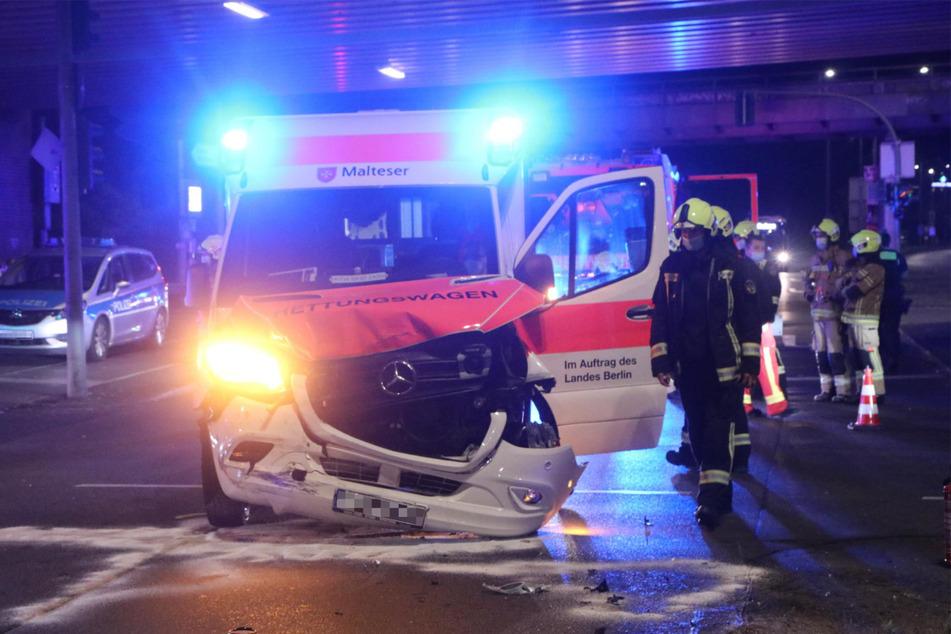 Nach dem Verkehrsunfall im Norden Berlins ist die Front eines Rettungswagens schwer ramponiert.