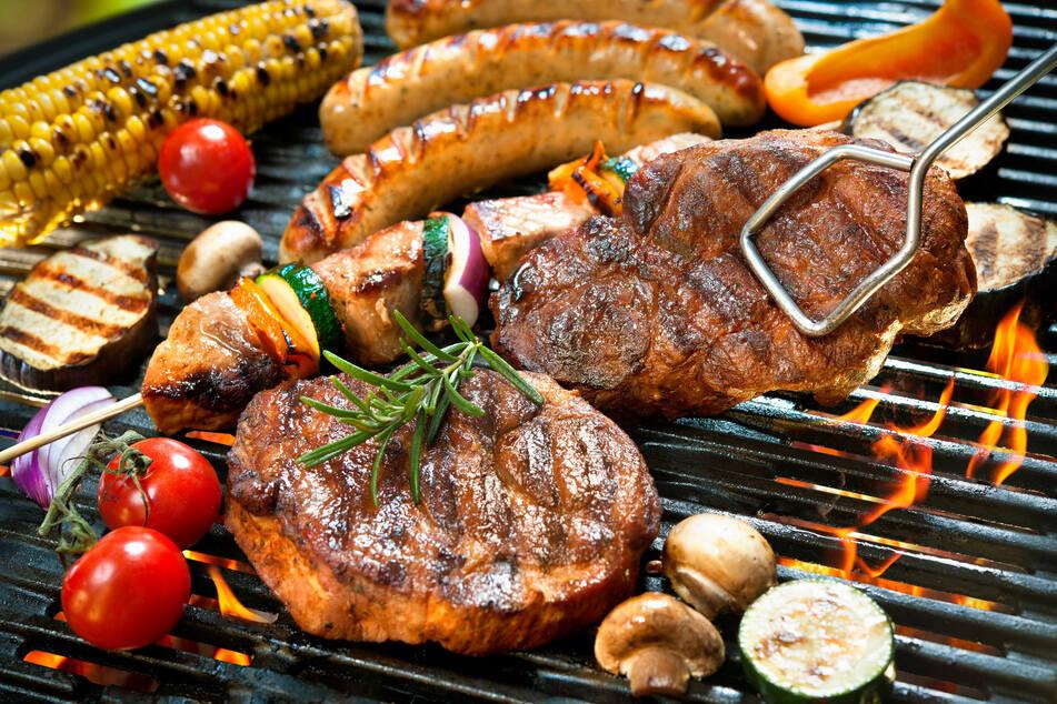 Den Grillrost gilt es regelmäßig von Verschmutzungen zu befreien.