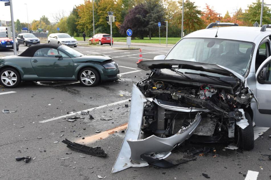 Rote Ampel missachtet: Autos krachen auf Kreuzung ineinander