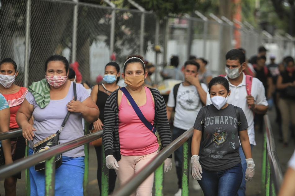 In Nicaragua sind Berichten zufolge mehrere Ärzte wegen Kritik am Umgang der Regierung mit der Corona-Krise entlassen worden. Die Regionalvertretung des UN-Hochkommissariats für Menschenrechte drückte am Dienstag Besorgnis darüber aus.